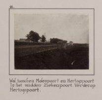 Wal tusschen Molenpoort en Hertogspoort. In het midden...