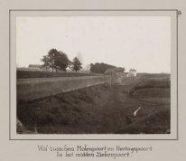 Wal tusschen Molenpoort en Hertogspoort. In het midden Ziekenpoort.