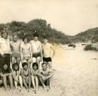 Lo: studentenclub Moeder Caesar op uitstap naar zee in 1972