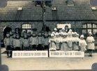 Nieuwkapelle: groepsfoto ter gelegenheid van de viering van de 100-jarige Sophia Slosse