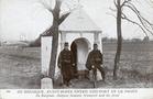 Koksijde: twee soldaten poseren voor de Clercqskapel