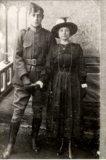 Roesbrugge-Haringe: militair en vrouw