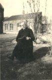 Pervijze: priester Jan De Cuyper lezend in de tuin van de pastorie