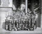 Poperinge: groepsfoto scoutsgroep Hoplanders op de pui van het stadhuis
