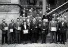 Poperinge: laureaten hoptentoonstelling op de pui van het stadhuis