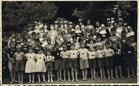 Onbekende locatie: groepsfoto kinderen en personeelsleden van Ons Tehuis