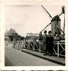 Pollinkove: twee vriendinnen op de Lobrug op Pasen 1939