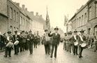 Lo: de fanfare Sint-Cecilia tijdens de Schamelen Djoosstoet in 1959