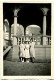Lo: vriendinnen bij de muziekkiosk eind jaren '40