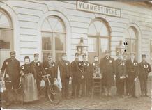 Vlamertinge: groepsfoto personeel Spoorwegen, Post, Telegrafie aan station
