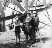 Vladslo: gezin Vermeersch bij de bouwwerf van 'Stock Americain G. Vermeersch'