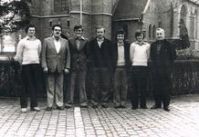 Langemark: groepsfoto Chiro bij kerk met EH Joye