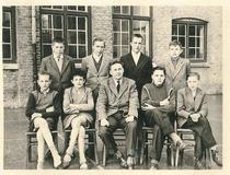 Nieuwpoort: klasfoto middelbaar Sint-Bernarduscollege, 1957-1958