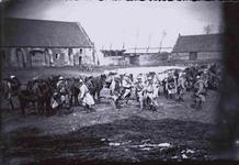 Koksijde: troepenverzameling op de binnenplaats van de hoeve Ten Bogaerde tijdens de Eerste Wereldoorlog
