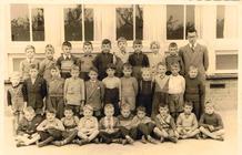 Klasfoto van 1955 met meester Denecker Willy.