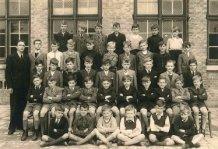 Nieuwpoort: klasfoto  Sint-Bernarduscollege derde en vierde leerjaar 1944-1945