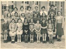 Nieuwpoort: klasfoto meisjesafdeling RMS Nieuwpoort 1950-1951