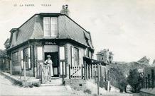 De Panne: een dame poseert in de deuropening van Villa Doll