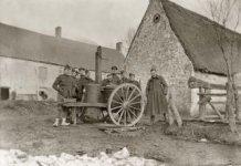 Houtem: Belgische soldaten rond mobiele gaarkeuken tijdens Eerste Wereldoorlog