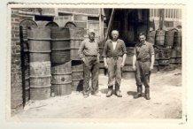 Frankrijk: drie werkmakkers uit Langemark in een oliefabriek