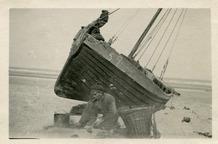 De Panne: een visser maakt zijn kotter waterdicht