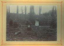 Poperinge: kind met oud vrouwtje in bos