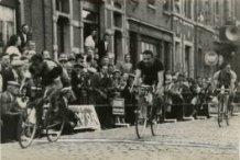 Vaux-sous-Chèvremont: aankomst wielerwedstrijd Poperinge-Vaux 1951