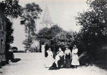 Oostduinkerke-Dorp: zicht op de kerk en de muur rond het kerkhof