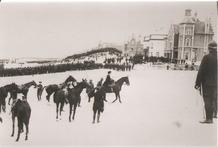 De Panne: Koningin Elisabeth te paard bij troepenschouwing op strand
