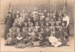 Zonnebeke: een meisjesklas voor de noodschool.