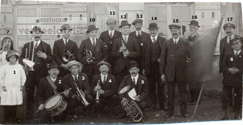 De Mesense muziekvereniging voor hun voorlopige repetitieruimte omstreeks 1922.
