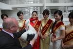 Wethouder Henk Kool in het stadhuis met een Japanse delegatie; vervaardiger: Oos…