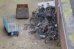 Fietswrakken van bovenaf gezien op het terrein van het fietsdepot van de gemeent…