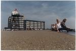 Deltaplein, dagjesmensen op de boulevard met lichtopstand van Kijkduin; vervaard…