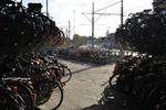 Lekstraat, fietsenstalling bij het station Den Haag Centraal; vervaardiger: Oost…