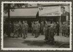 Vermaak voor de soldaten van het Nederlandse leger in bioscoop Odeon aan de Here…