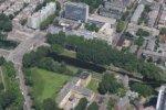 Luchtfoto met linksmidden de Houtrustbrug, middenboven het Verhulstplein en rech…