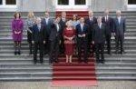 Kabinet Rutte poseert na de beëdiging door koningin Beatrix op de trappen van Pa…