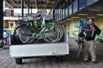 Koningin Julianaplein, weghalen van verkeerd geparkeerde fietsen; vervaardiger: …