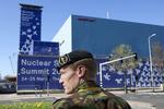 Nuclear Security Summit in het World Forum, 24-25 maart 2014. Een soldaat staat …