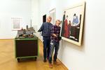 Medewerkers van het Gemeentemuseum hangen de laatste schilderijen recht. Zaterda…
