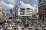 Grote Marktstraat hoek Spui, met veel geparkeerde fietsen en zicht op het stadhu…