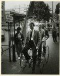 Wethouder mr. R. Vlaanderen opent op een bijzondere fiets (een vierwieler) de be…