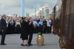 Prinses Beatrix onthult het VissersNamenMonument op de boulevard. Naast de prins…