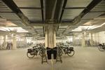 Biesieklette Driehoekjes. De fietsenstalling (rechts) wordt weerspiegeld; vervaa…