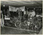 Acht leden van de Eerste Echte Nederlandse Fietsers Bond (ENFB) zetten hun fiets…