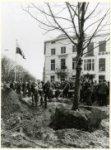 Wethouder A.T. Duivesteijn plant de eerste kastanjeboom bij de uitbreiding van d…