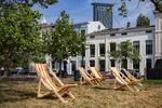 Huijgenspark, ligstoelen op het gras; vervaardiger: Musterd, Pieter; 26 -5 -2016