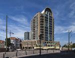 Spui hoek Uilebomen, het Stadsbaken (architect: INBO, Amsterdam) gezien van het …