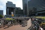 Koningin Julianaplein met veel geparkeerde fietsen; vervaardiger: Oosterhout, Fo…